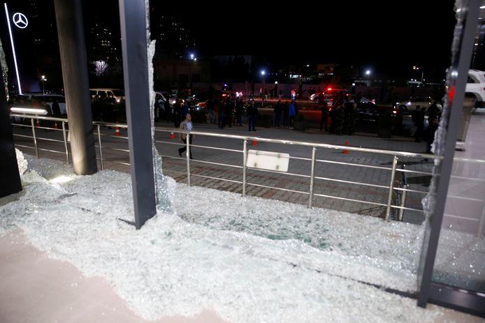 De gebroken ramen van een autogarage na een mortierinslag in de buurt van de luchthaven van Erbil.