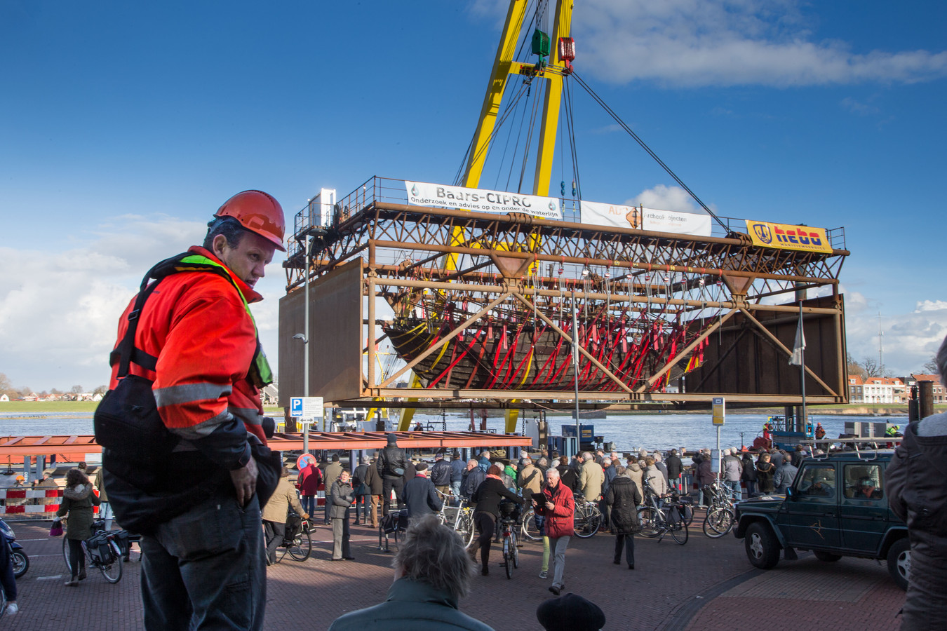 Het lichten van de IJsselkogge in 2016. Het wrak wordt momenteel geconserveerd in Lelystad.