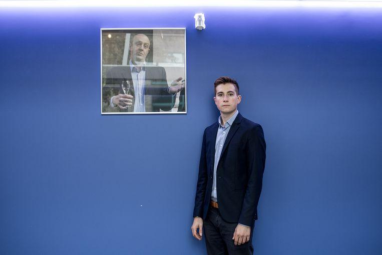 Florian Jehin met een portret van zijn vader, die in 2015 omkwam bij een terreuraanslag in Mali. Beeld Tine Schoemaker