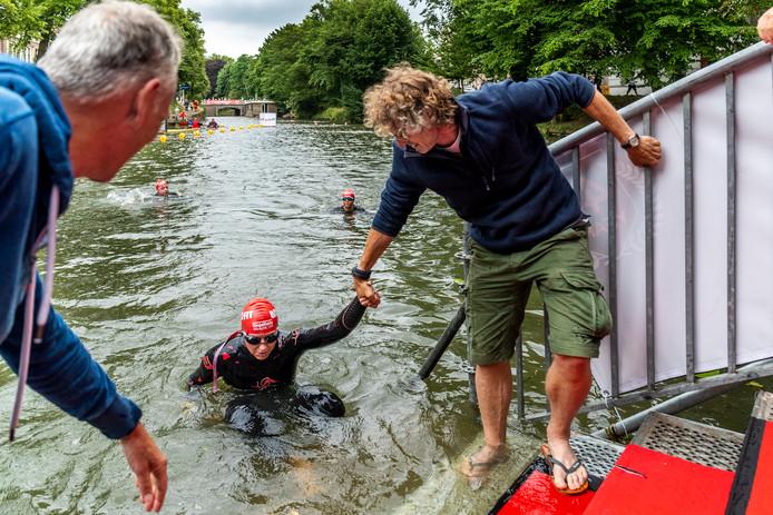 Sommige zwemmers kregen een hand om uit de Utrechtse singels te komen.