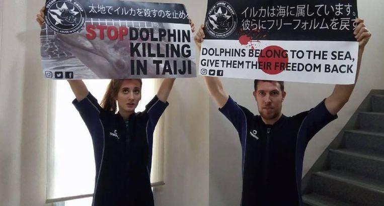 Kirsten De Kimpe (links) en de Nederlandse dierenrechtenactivist Peter Janssen tijdens hun actie in Japan.