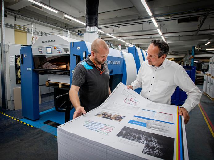 Werkoverleg bij de vorig jaar geïnstalleerde pers van Gianotten Printed Media. Rechts toenmalige directeur Dré Stevens, kort voor zijn afscheid. (archieffoto)
