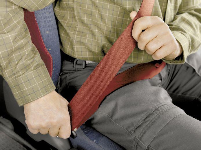 De man reed zonder veiligheidsgordel in de auto. Afbeelding ter illustratie.