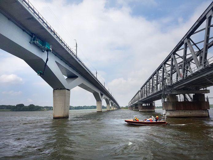 Reddingboot van KNRM Dordrecht helpt bij gondel onder HSL brug over Hollands Diep Foto twitter @knrmdordrecht