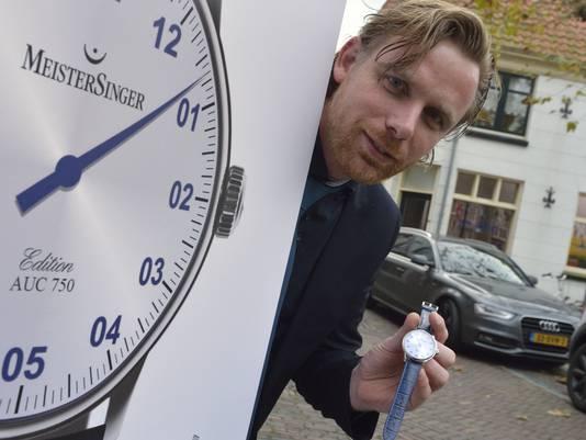 Juwelier Adriaan Reijersen van Buuren met een speciaal horloge