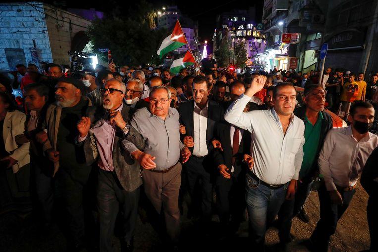 Palestijnen in Ramallah op de Westelijke Jordaanoever gingen donderdagavond de straat op om president Mahmoud Abbas op te roepen om de verkiezingen toch op de geplande datum te laten doorgaan. Beeld REUTERS