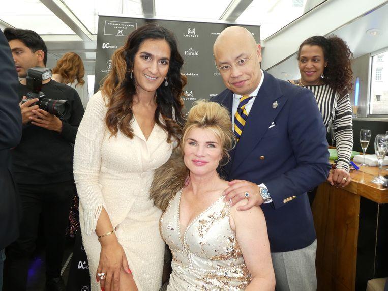 Farah van der Zijden en Christian Houkes van de Couturekrant, met model Petra van de Sande. Prijzenbedenker Houkes:
