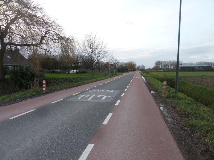 De Middenweg tussen Andel en Veen. Een zogenaamde Gumacon-drempel die aangepast wordt om te voorkomen dat er hard langsheen gereden wordt.