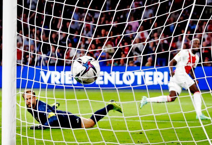 Cambuur-doelman Sonny Stevens krijgt de zesde goal tegen van Ajax, het zouden er negen worden.