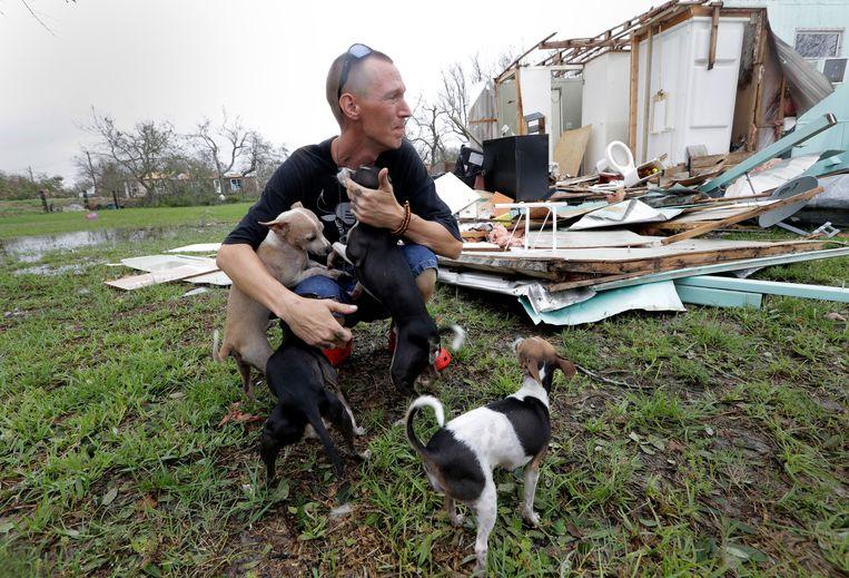 Een inwoner van Rockport bij wat er over is van zijn huis nadat Harvey er overheen raasde. Hij probeerde in huis te blijven, maar toen de orkaan een deel ervan omver blies vluchtte hij naar een speciale schuilplaats voor deze zware stormen. Beeld AP