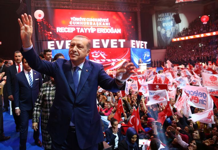 Recep Tayyip Erdogan groet zijn aanhangers op een campagnebijeenkomst in Ankara voor het grondwettelijk referendum van 16 april.  Beeld REUTERS
