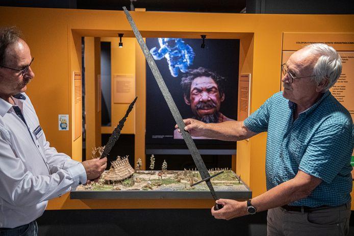Jan van Dijk (links) en Nol van Tiem van Museum Tweestromenland met de geschonken, zeldzame zwaarden.