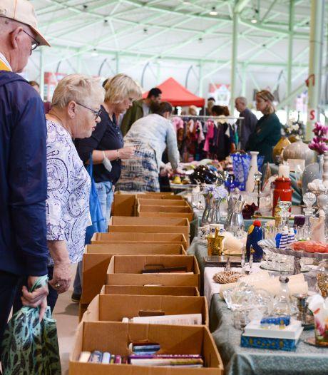 Twentse Vlooienmarkt in Enschede voelde weer als vanouds: 'Bezoekers zijn ons nog niet vergeten'