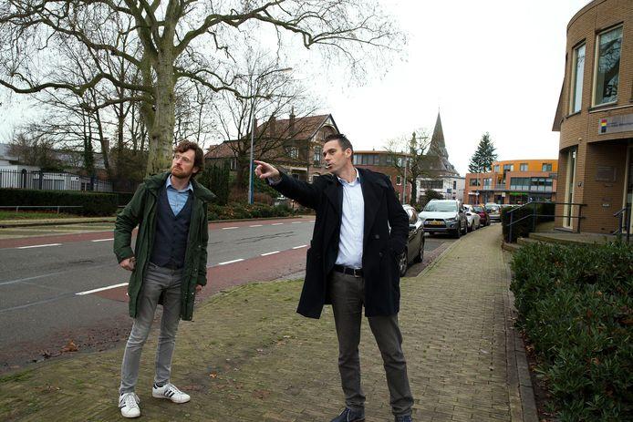Projectleider Paul Groenen (links) en buurtbewoner Bob Rietbergen bekijken de situatie aan de Rijksweg.