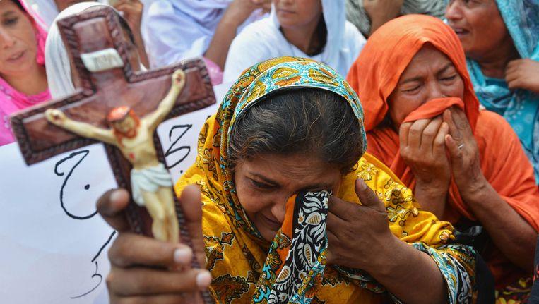 Pakistaanse christenen protesteren tegen de zelfmoordaanslag die gisteren 85 mensen het leven kostte. Beeld afp