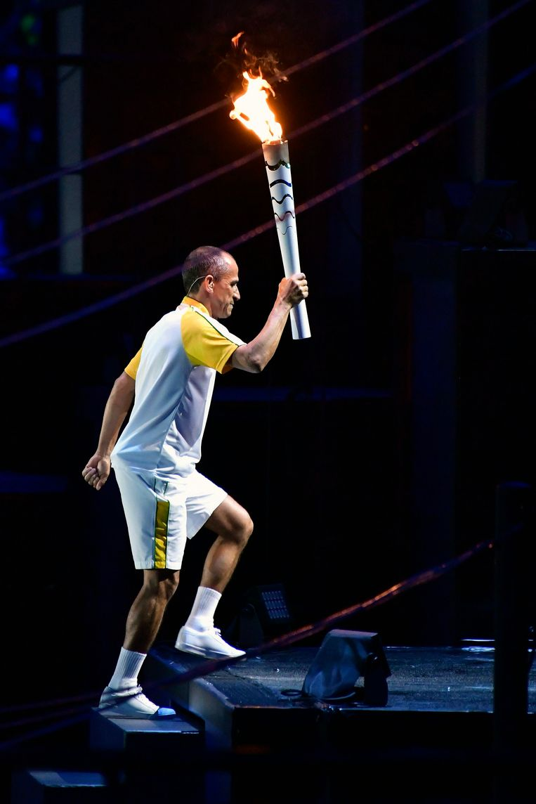 Vanderlei Cordeiro de Lima ontsteekt de olympische vlam. Beeld Photo News