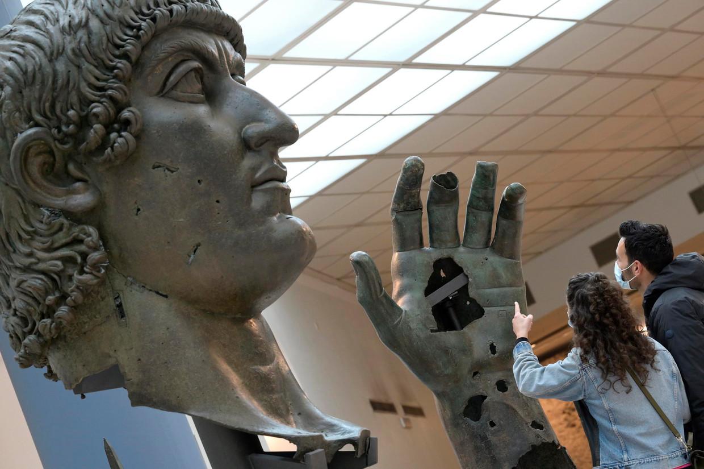Het bronzen standbeeld van keizer Constantijn, inclusief de eerder ontbrekende wijsvinger.  Beeld EPA