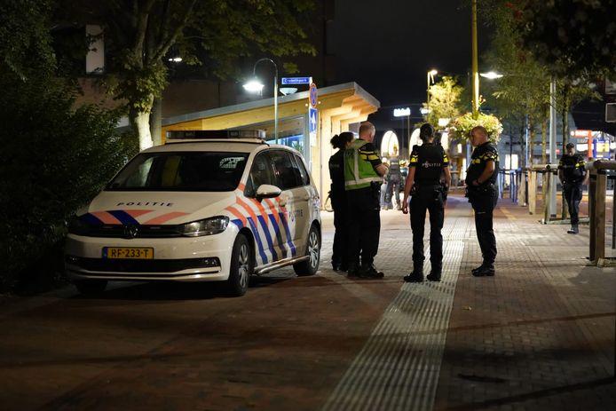 Agenten rond station Gouda woensdagavond 25 augustus.