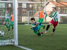 Kinderen én hun ouders blij met weer een potje voetbal: 'Lekker hun energie kwijt'