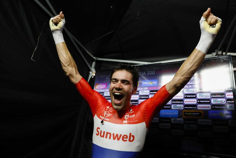 Ontlading bij Dumoulin nadat Nairo Quintana zijn voorsprong niet heeft kunnen behouden en de Limburger als eerste Nederlander de Giro wint. Beeld ANP