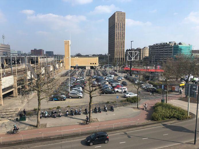 Het Stationsplein in Eindhoven, gezien vanuit de Bijenkorf.