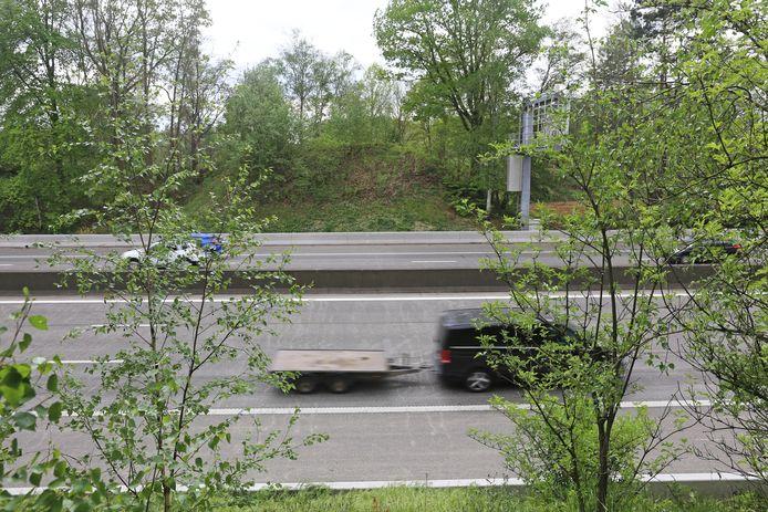 Op deze plaats stond tot 19 december 2010 een brug over de autosnelweg E40.