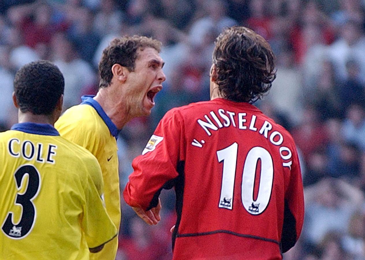 The Battle of Old Trafford. Martin Keown blaft iets in het gezicht van Ruud van Nistelrooy, die net een penalty heeft gemist.