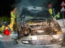 Bestuurder ziet steekvlam uit dashboard komen tijdens rit in Ommel, auto compleet verwoest
