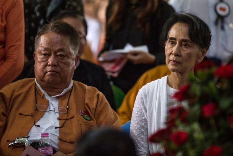 De vrijdag gearresteerde Win Htein (links) met de eerder deze week afgezette en gearresteerde regeringsleider van Myanmar Aung San Suu Kyi. Beeld AFP