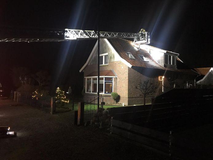 De brandweer in actie, na de schoorsteenbrand bij de familie Roolvink in Vriezenveen.