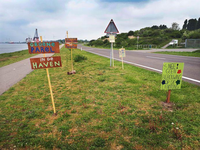Er staan al veel verzetsborden tegen de bebouwing van de Rozenburgse Landtong.