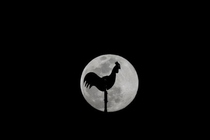 De maan boven Karachi, Pakistan.