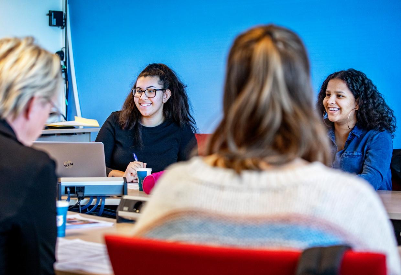 Voorzitter Djalieza van Iperen (met bril) leidt de vergadering van de leerlingenraad van het Oostvaarders College in Almere.  Beeld Raymond Rutting / de Volkskrant