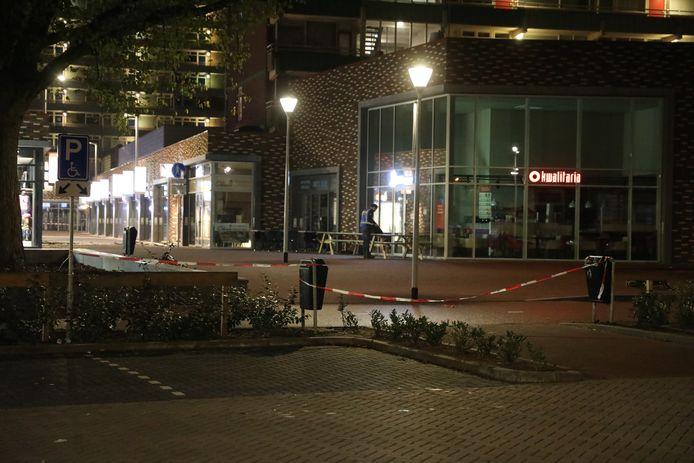 Het winkelcentrum is afgezet na de plofkraak.