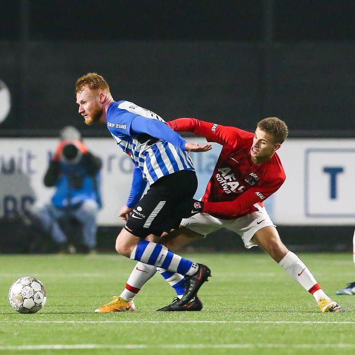 FC Eindhoven-speler Jort van der Sande in actie tegen Jong AZ.