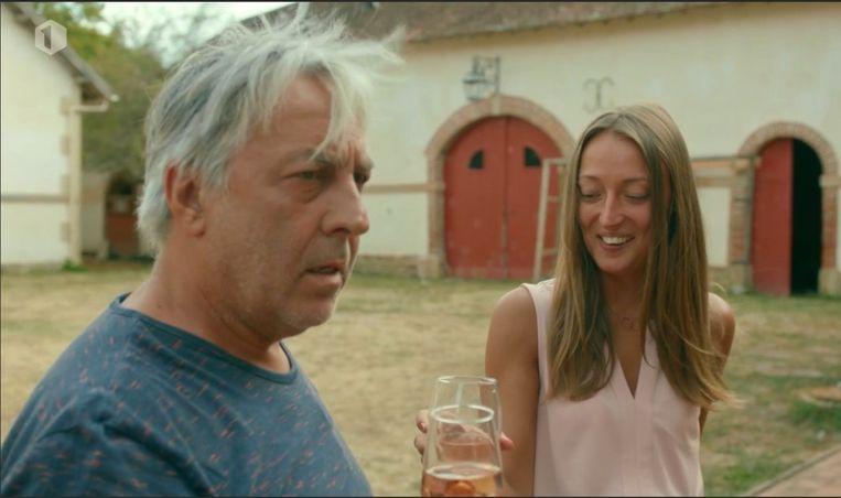 'Bij mijn eerste ontmoeting kreeg ik azijn in mijn rosé. Geweldig! Ik voelde me direct aanvaard.' (Foto: met Eddy in 'Château Planckaert'.) Beeld Carmen De Vos / HUMO