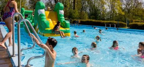 Honderden zwemmers ravotten in openluchtbad Hasselt