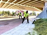 Hooi te hoog gestapeld voor brug: deel van lading belandt op de rijbaan