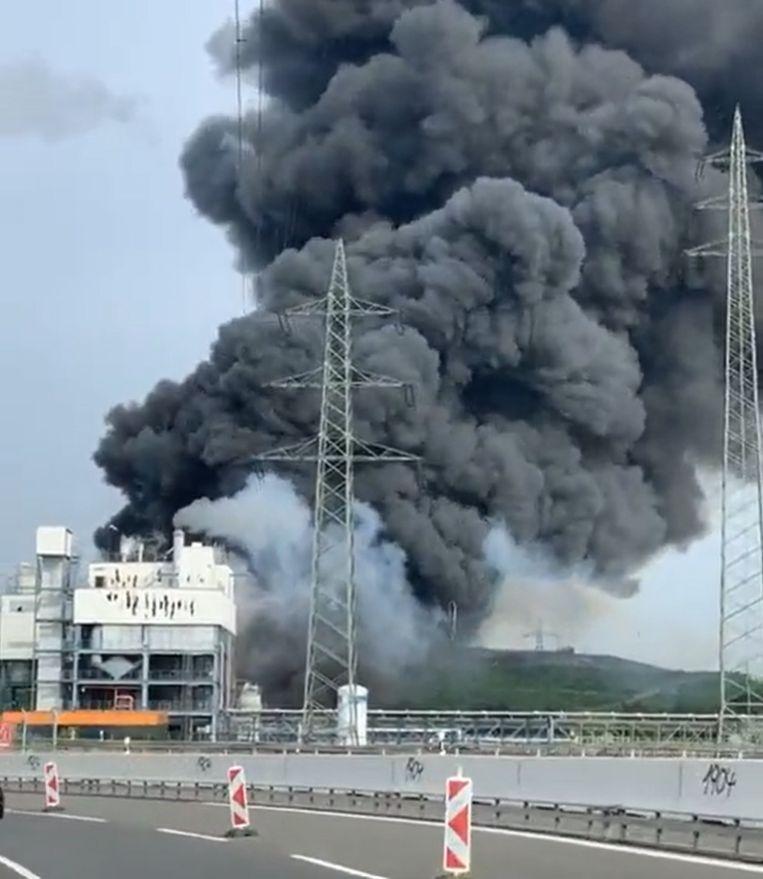 In de buurt van het terrein van het chemieconcern Bayer in het Duitse Leverkusen is een grote rookwolk te zien. Beeld RV