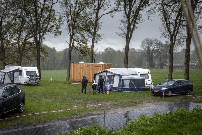 Kamper lijkt gezien de storm en regen meer kreperen, maar de meeste kampeerders laten zich niet wegjagen.