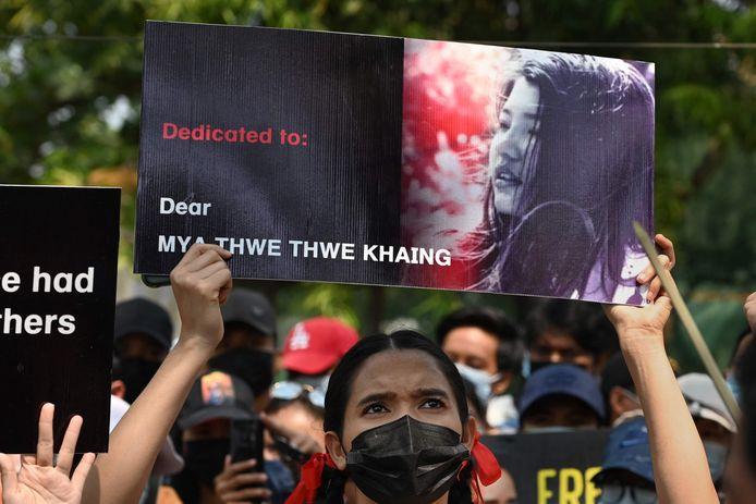 Demonstranten droegen de afgelopen dagen foto's van Mya bij zich
