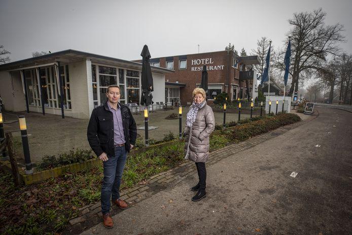 Ine Damgrave en haar zoon Roy voor het pand van Hotel-Restaurant De Grote Zwaan, zoals huurder Fletcher Hotels het sinds 2006 noemt. Het witte deel links is het oorspronkelijke restaurant dat bij de sloop van het oude hotel in 1974 is blijven staan. 'We hopen een goede kandidaat te vinden om het hotel voort te zetten.'