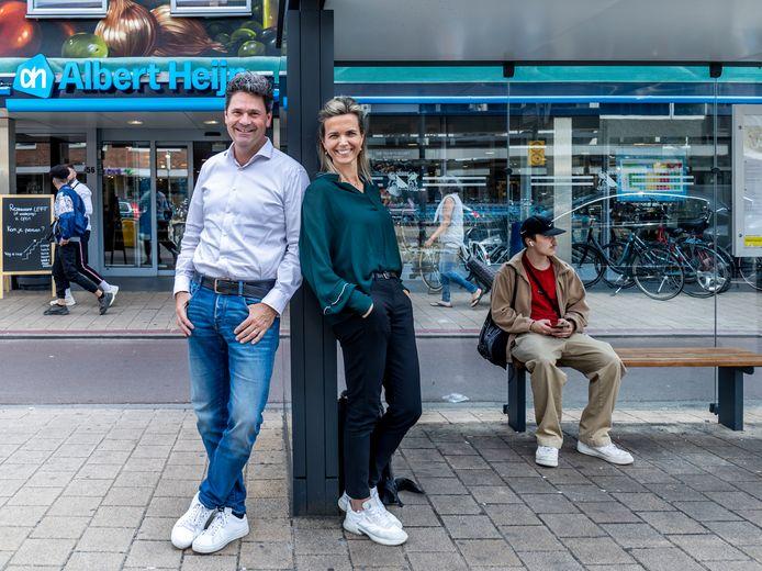 Ondernemersduo Arjan en Jolanda Konincks voor de AH-vestiging aan de Amsterdamsestraatweg. Op de eerste verdieping zit hun nieuwe self service restaurant LEFT.