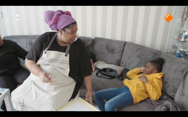 Moeder Samantha probeert Shayquan (8) aan zijn huiswerk te krijgen. Beeld Maaike Bos