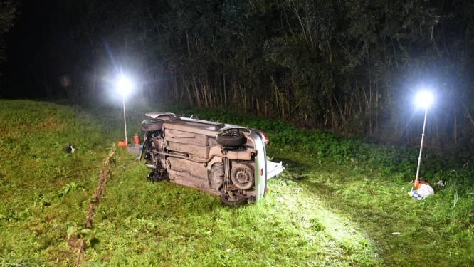 Auto over de kop, drie gewonden