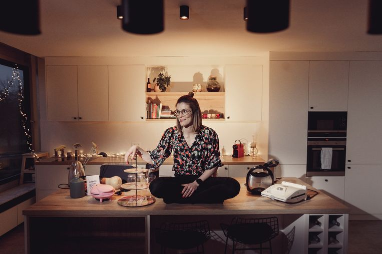 Sarah Maes (28) heeft voor elk gerecht een toestel in huis.Maar of ze die allemaal gaat gebruiken, is maar de vraag.'Ik kook niet eens graag.' Beeld © Stefaan Temmerman
