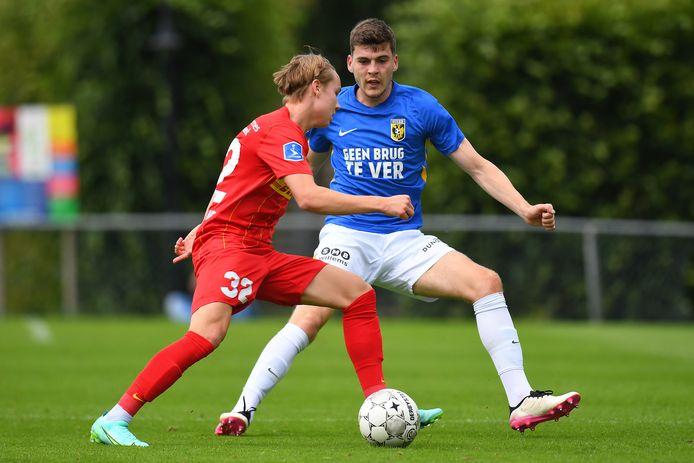 Verdediger Jacob Rasmussen (rechts) van Vitesse tijdens het oefenduel met FC Nordsjælland tijdens de voorbereiding op het nieuwe seizoen.