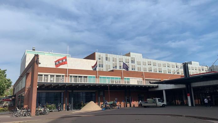 Vanwege de aanslagen in Sri Lanka hangen de vlaggen op het Amsterdamse stadhuis dinsdag halfstok.