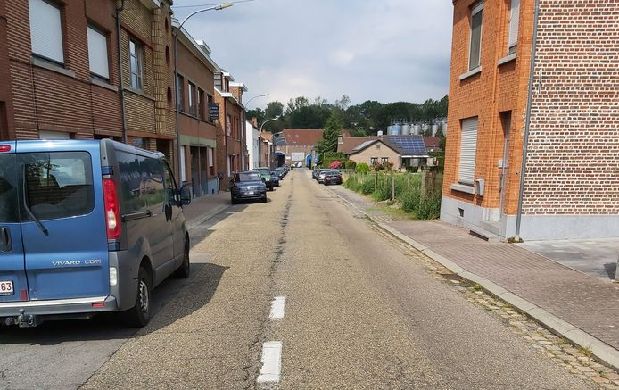 De Dumontstraat krijgt een nieuwe asfaltlaag. In de achtergrond de brouwerij