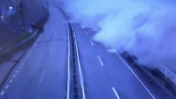Kijk hoe enorme golven op Japanse snelweg beuken